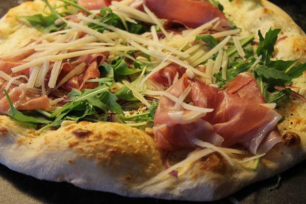 """Pizza """"Bianco"""" mit Ziegenfrischkäse, Rucola & Parmaschinken"""