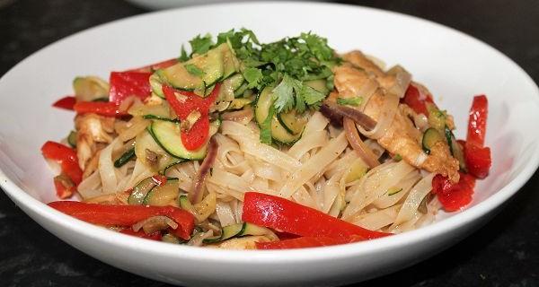 Asiatische Reisnudelpfanne mit Hähnchenbruststreifen, Zucchini & Paprika