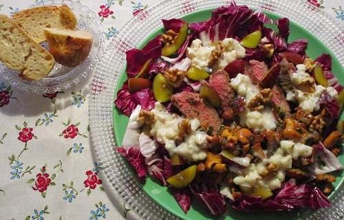 Radicchiosalat mit Pfifferlingen, Steakstreifen und Zwetschgen © Monika Cartwright