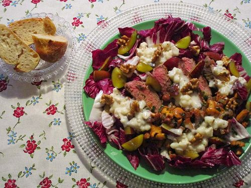 Radicchio salad with chanterelles, steak strips and prunes
