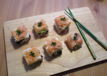 Sushi mit Räucherlachs & Gurke (Oshi) © Monika Cartwright