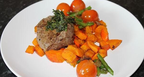 Rinderhüftsteaks auf Hokkaidokürbis dazu Tomaten-Bohnen-Gemüse & frittierter Salbei