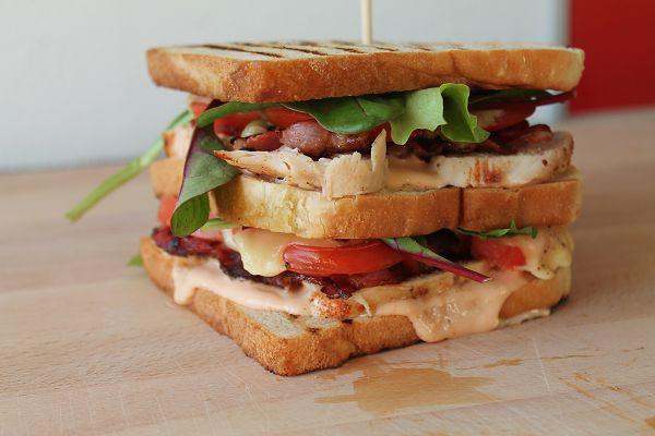 Club Sandwich mit Hähnchen, Bacon & Cocktailsauce