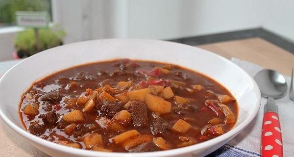 Gulaschsuppe mit Kartoffeln & Paprika