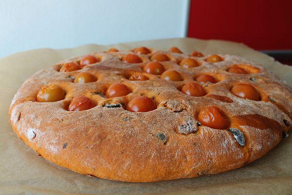 Fladenbrot mit Tomaten, Oliven & Sonnenblumenkernen