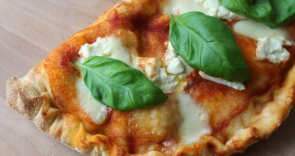 Italienische Calzone mit Ricotta, Mozzarella & Salami