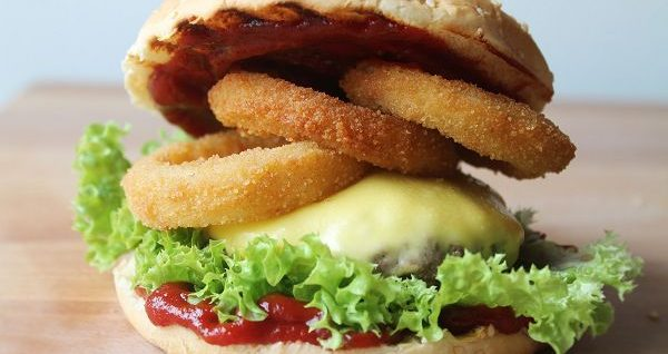 Texas BBQ Burger mit selbstgemachten Onion Rings & Barbecuesauce