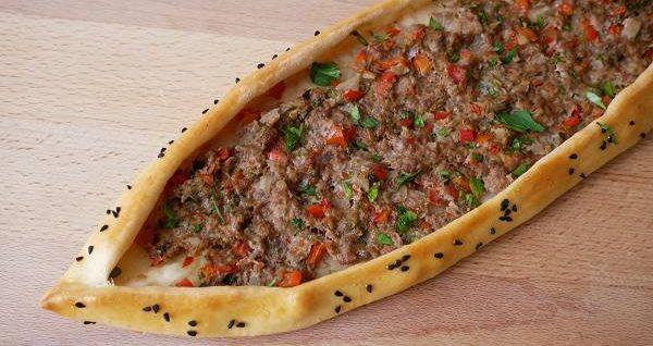 Türkische Pide mit Hackfleisch