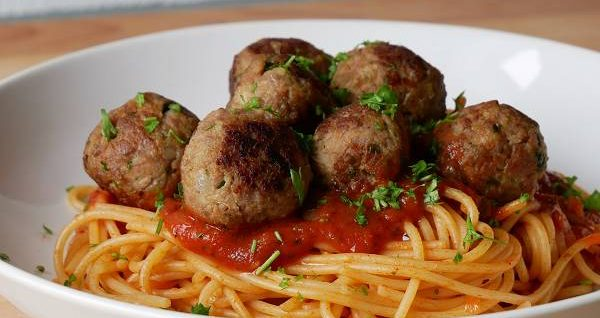 Spaghetti mit Tomatensauce & Fleischbällchen
